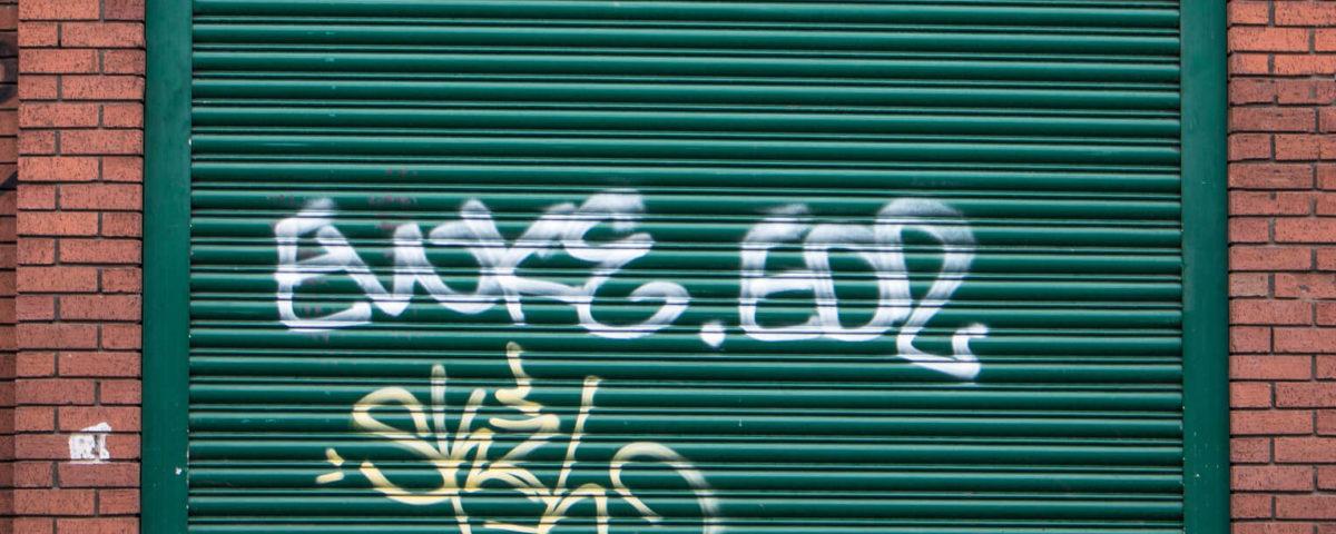 Nettoyage suppression et enlèvement d'un tag graffiti sur un mur ou bardage métallique rennes nantes saint malo redon fougères vitré